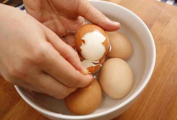 Очищаем скорлупу с яиц