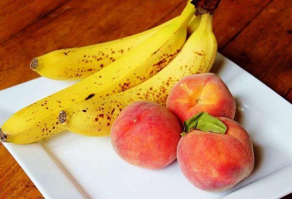 Бананы и персики