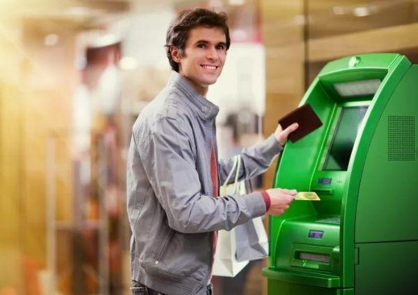 Мужчина у банкомата