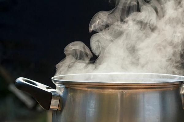 Кастрюля с горячей водой
