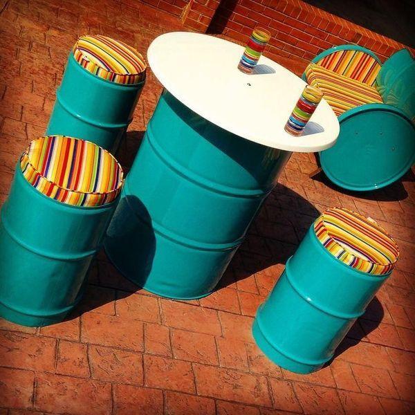 Стол и стулья из больших жестяных банок для дачи