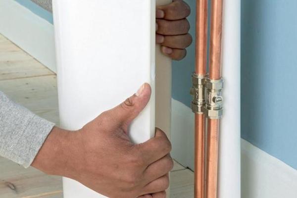 Декоративная накладка для труб в санузле