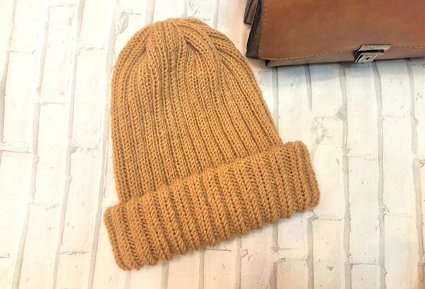 Коричневая вязаная шапка
