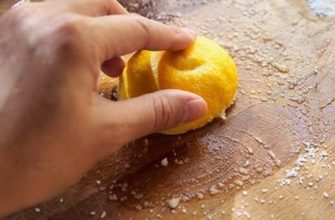 чистка доски лимоном