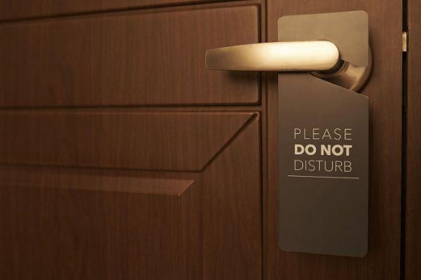 Бирка на двери номера в отеле