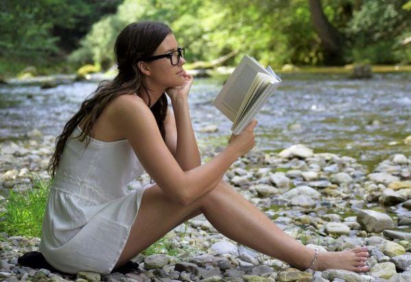 Девушка с книгой на природе