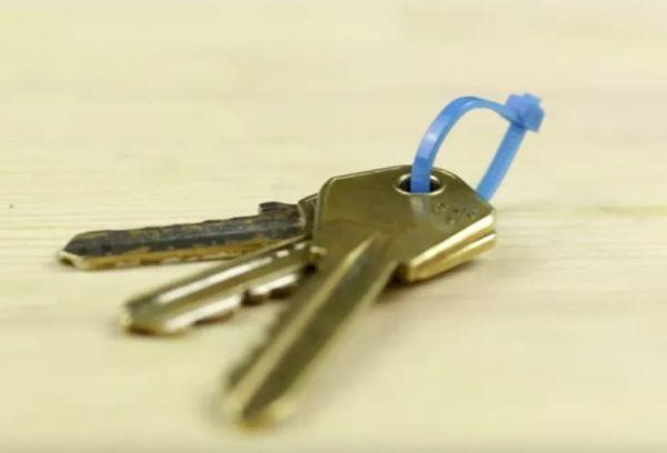 Пластиковый хомут на ключах