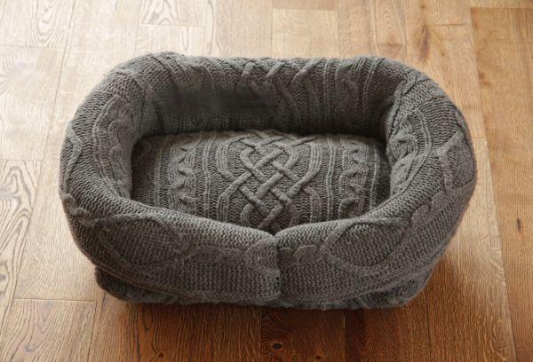 Лежанка из старого свитера для собак и кошек