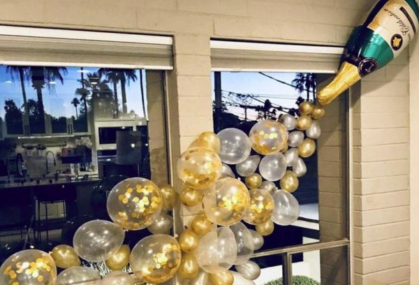 Бутылка шампанского с пузыриками для окна