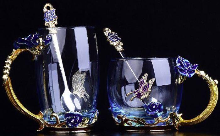 Стеклянная кружка с эмалированными цветами и бабочками;