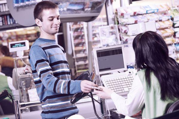 Мужчина покупатель на кассе