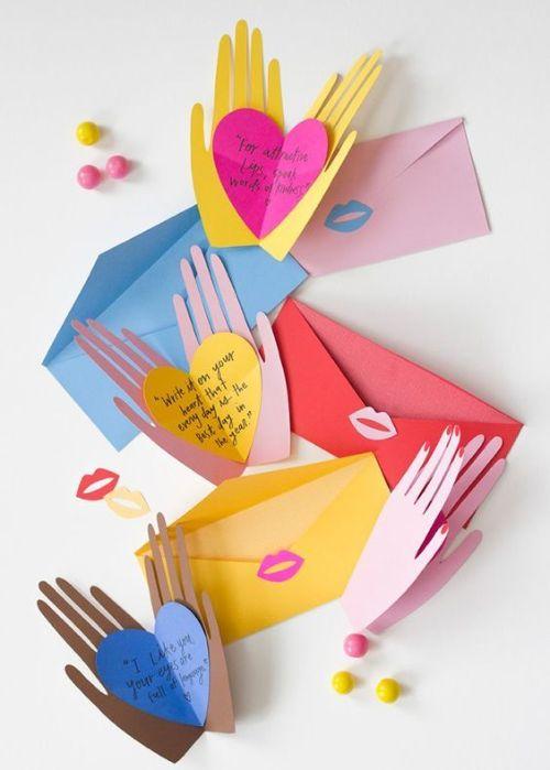 Руки, держащие сердце с признанием