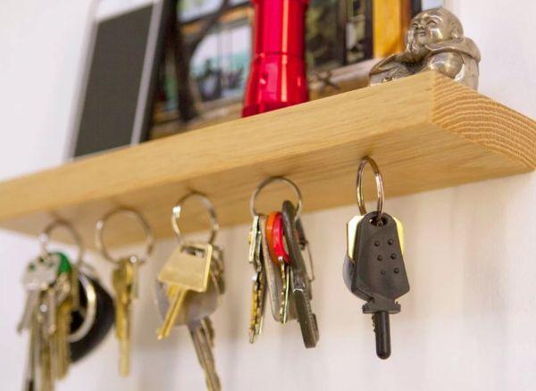 Ключи от квартиры на крючке