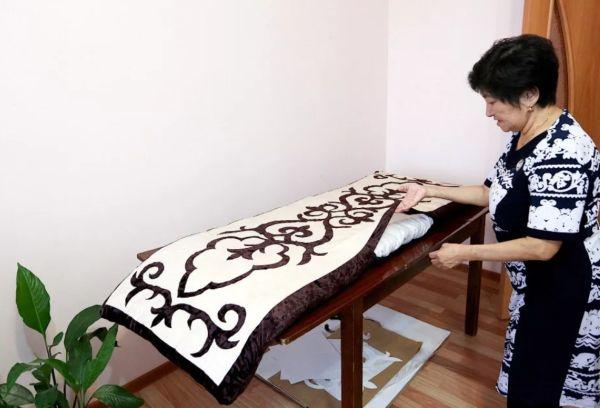 На фото казахская мастерица и её изделие.