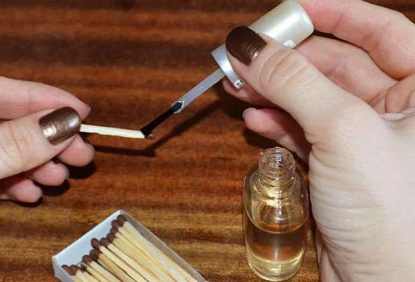 Прозрачный лак для ногтей на головки спичек