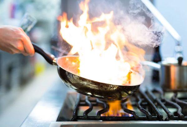 Горящая сковорода на плите