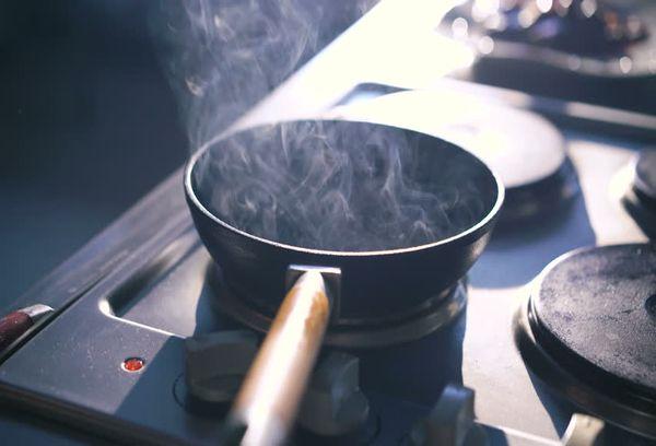 Дымящая сковорода