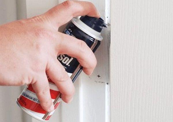 Нанесение пены на петли дверей