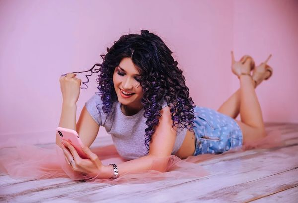 Девушка с смартфоном